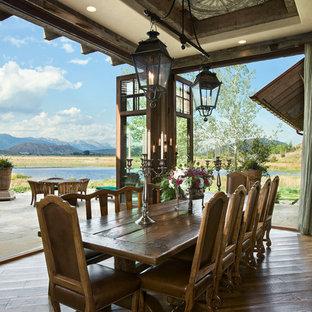 Idee per una sala da pranzo stile rurale con parquet scuro