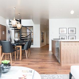 Idee per una sala da pranzo aperta verso il soggiorno industriale di medie dimensioni con pareti bianche, parquet scuro, camino classico, cornice del camino in metallo e pavimento marrone