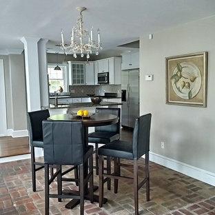 Exempel på en mellanstor klassisk separat matplats, med grå väggar, tegelgolv och brunt golv