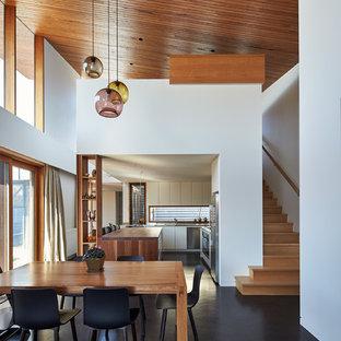Foto di una sala da pranzo aperta verso la cucina design di medie dimensioni con pareti bianche e pavimento in sughero
