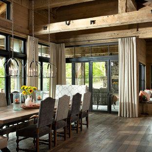 Foto di un'ampia sala da pranzo aperta verso la cucina stile rurale con pareti marroni, pavimento marrone e parquet scuro