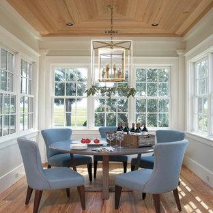 Maritimes Esszimmer mit braunem Holzboden in Atlanta