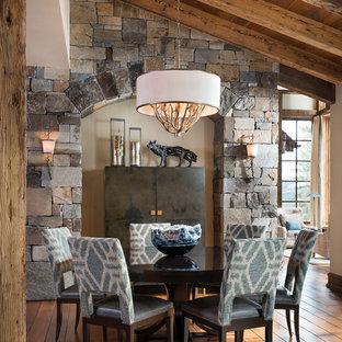 Свежая идея для дизайна: гостиная-столовая в стиле рустика с паркетным полом среднего тона и оранжевым полом - отличное фото интерьера
