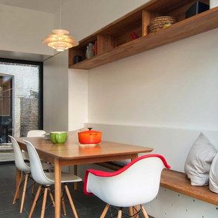 ロンドンの中サイズの北欧スタイルのおしゃれなダイニングキッチン (白い壁、スレートの床、暖炉なし) の写真