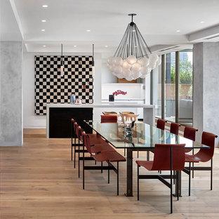 Ispirazione per una sala da pranzo boho chic con parquet chiaro, nessun camino e pavimento beige