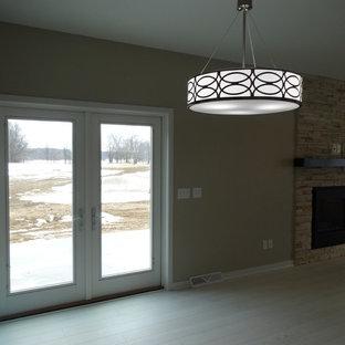Foto di una sala da pranzo aperta verso il soggiorno moderna di medie dimensioni con pareti beige, pavimento in laminato e nessun camino