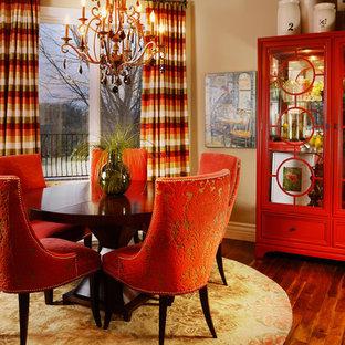 Immagine di una sala da pranzo aperta verso la cucina boho chic di medie dimensioni con pareti beige e pavimento in legno massello medio