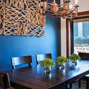 Imagen de comedor rústico, de tamaño medio, abierto, con paredes azules, moqueta y suelo gris