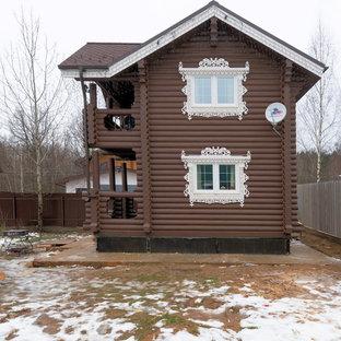 Ejemplo de fachada de casa marrón, pequeña, de dos plantas, con revestimiento de madera, tejado a doble faldón y tejado de teja de madera