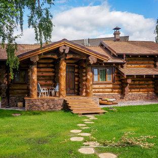 Идея дизайна: одноэтажный, деревянный, коричневый частный загородный дом в стиле рустика с двускатной крышей