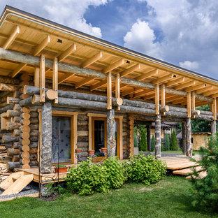 Пример оригинального дизайна: деревянный, одноэтажный, коричневый частный загородный дом в стиле рустика с односкатной крышей