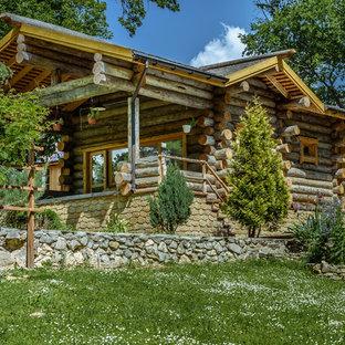 Идея дизайна: одноэтажный, деревянный, коричневый дом в стиле рустика с двускатной крышей