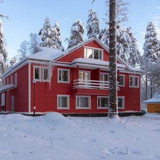 Идея дизайна: большой, трехэтажный, деревянный, красный частный загородный дом в стиле кантри с двускатной крышей