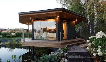 Беседка со стеклянным полом над прудом с палубой и потолком из термоясеня