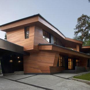 Свежая идея для дизайна: двухэтажный, деревянный, коричневый частный загородный дом в современном стиле с плоской крышей - отличное фото интерьера
