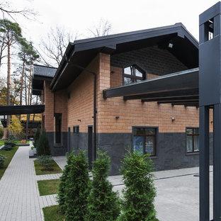 Diseño de fachada multicolor, contemporánea, de tamaño medio, de dos plantas, con revestimientos combinados y tejado a doble faldón