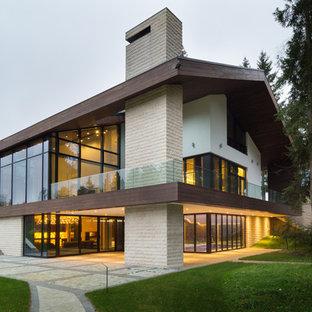Пример оригинального дизайна: двухэтажный фасад дома в современном стиле с двускатной крышей