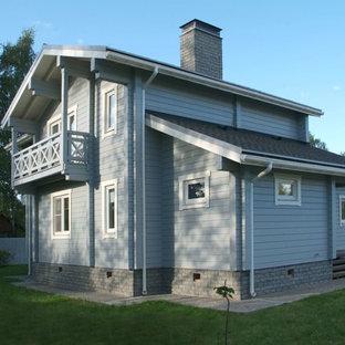 Immagine della facciata di una casa grigia scandinava a due piani di medie dimensioni con rivestimento in legno e tetto a capanna