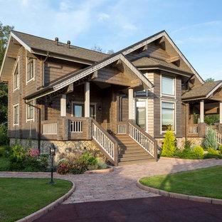 Пример оригинального дизайна: двухэтажный, деревянный, коричневый дом среднего размера в скандинавском стиле