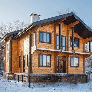 Неиссякаемый источник вдохновения для домашнего уюта: двухэтажный, деревянный, коричневый частный загородный дом в стиле рустика с двускатной крышей
