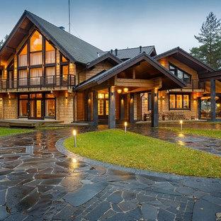 Свежая идея для дизайна: двухэтажный, деревянный дом в стиле рустика с двускатной крышей - отличное фото интерьера