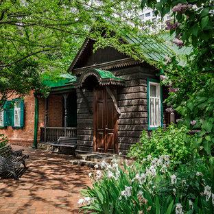 Стильный дизайн: одноэтажный частный загородный дом в классическом стиле с вальмовой крышей и металлической крышей - последний тренд