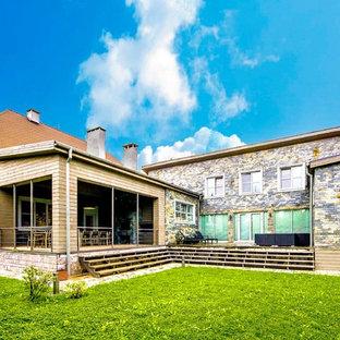 На фото: двухэтажный фасад дома коричневого цвета в современном стиле с