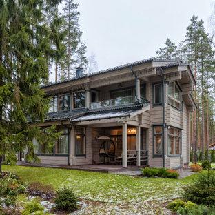 Стильный дизайн: двухэтажный, деревянный, серый частный загородный дом в стиле кантри с двускатной крышей - последний тренд