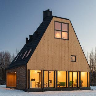 Неиссякаемый источник вдохновения для домашнего уюта: трехэтажный фасад частного дома среднего размера бежевого цвета в стиле рустика с облицовкой из дерева и металлической крышей