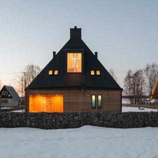 Modelo de fachada de casa amarilla, rural, de tamaño medio, de tres plantas, con revestimiento de madera, tejado a doble faldón y tejado de metal