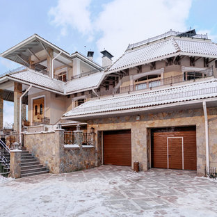 На фото: огромный дом в классическом стиле с