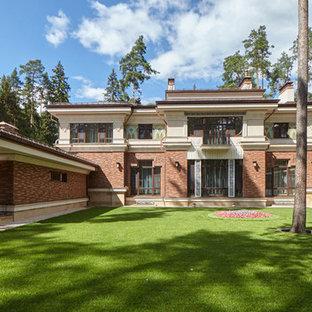 Свежая идея для дизайна: двухэтажный фасад частного дома коричневого цвета в стиле современная классика с вальмовой крышей - отличное фото интерьера