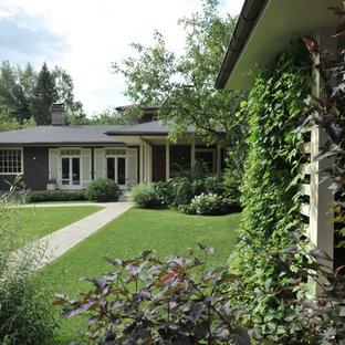 Modelo de fachada de casa gris, campestre, pequeña, de dos plantas, con revestimiento de madera, tejado a doble faldón y tejado de teja de madera