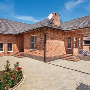 Неиссякаемый источник вдохновения для домашнего уюта: одноэтажный, кирпичный, красный частный загородный дом в классическом стиле с двускатной крышей и черепичной крышей