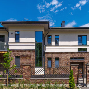 Создайте стильный интерьер: фасад частного дома коричневого цвета в современном стиле с разными уровнями и облицовкой из кирпича - последний тренд