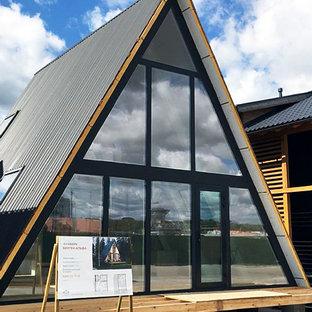 Пример оригинального дизайна: двухэтажный частный загородный дом среднего размера в скандинавском стиле