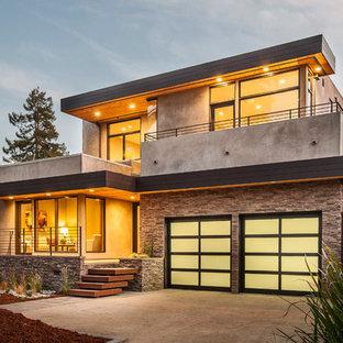 Идея дизайна: двухэтажный, серый частный загородный дом в современном стиле с комбинированной облицовкой и плоской крышей