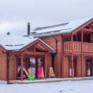 モスクワの北欧スタイルのおしゃれな家の外観 (木材サイディング) の写真