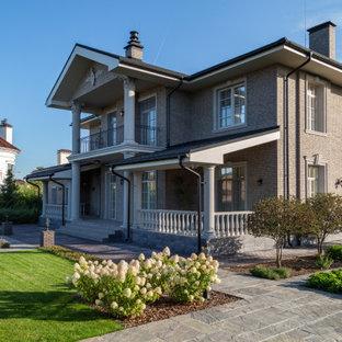 Неиссякаемый источник вдохновения для домашнего уюта: двухэтажный, кирпичный, серый частный загородный дом в современном стиле с двускатной крышей