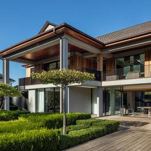 Неиссякаемый источник вдохновения для домашнего уюта: двухэтажный фасад частного дома коричневого цвета в современном стиле с облицовкой из дерева и двускатной крышей