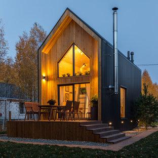Diseño de fachada de casa marrón, escandinava, pequeña, de dos plantas, con revestimiento de madera, tejado a dos aguas y tejado de metal