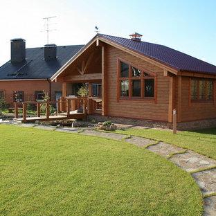 Свежая идея для дизайна: одноэтажный, деревянный, коричневый частный загородный дом в современном стиле с двускатной крышей - отличное фото интерьера