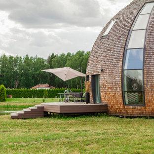 Пример оригинального дизайна: деревянный, коричневый частный загородный дом в современном стиле