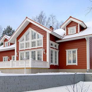 Идея дизайна: двухэтажный, деревянный, красный частный загородный дом среднего размера в классическом стиле с двускатной крышей и крышей из гибкой черепицы