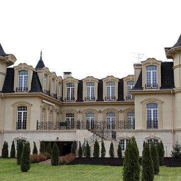 Ограждения на доме в классическом стиле.