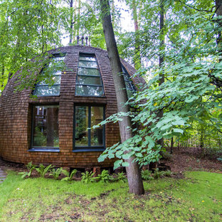 Источник вдохновения для домашнего уюта: одноэтажный, коричневый, деревянный частный загородный дом в стиле фьюжн с крышей из гибкой черепицы