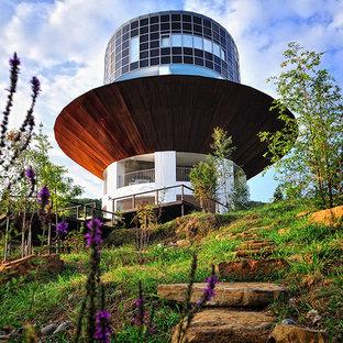 Свежая идея для дизайна: коричневый частный загородный дом в современном стиле с плоской крышей - отличное фото интерьера