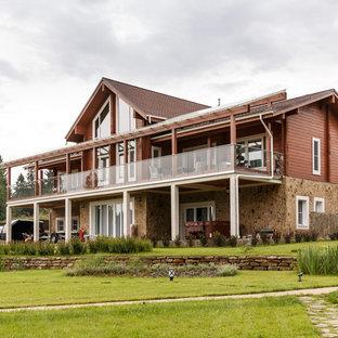 Идея дизайна: коричневый, двухэтажный частный загородный дом в стиле кантри с двускатной крышей
