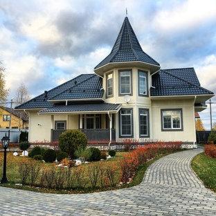 Стильный дизайн: бежевый частный загородный дом в стиле современная классика - последний тренд