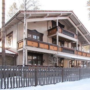 Идея дизайна: трехэтажный, деревянный, бежевый частный загородный дом в скандинавском стиле с двускатной крышей